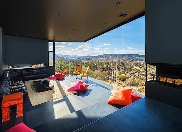 Integração entre ambientes interno e externo se dá por grandes aberturas de vidro (Foto: Divulgação)