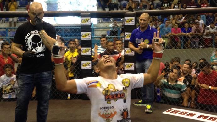 'Pezão' vence 'Mão de Pedra' no duelo principal do 28º Iron Man, no AP (Foto: Rafael Moreira/GE-AP)