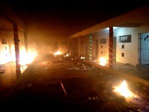 Colchões foram queimados na noite desta quinta-feira (19)   (Foto: G1/RN)