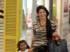 Grávida, Samara Felippo passeia com a filha em shopping