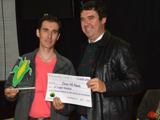 Presidente da Famasul, Eduardo Riedel, entrega troféu e cheque a Fábio Fernando Stefanello, vencedor do Concurso Estadual do Milho (Foto: Divulgação/Famasul)