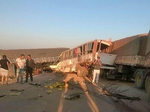 Duas carretas, um caminhão e um ônibus colidiram na BR-364 (Foto: Fernando Luiz/Comando190)