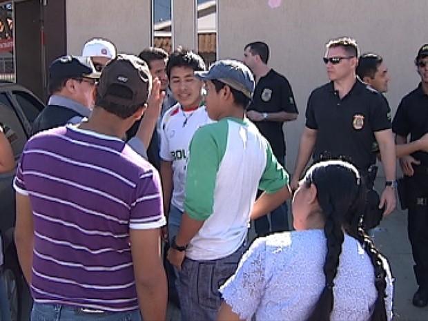Bolivianos foram na delegacia da Polícia Federal para conseguirem o visto (Foto: Reprodução / TV Tem)