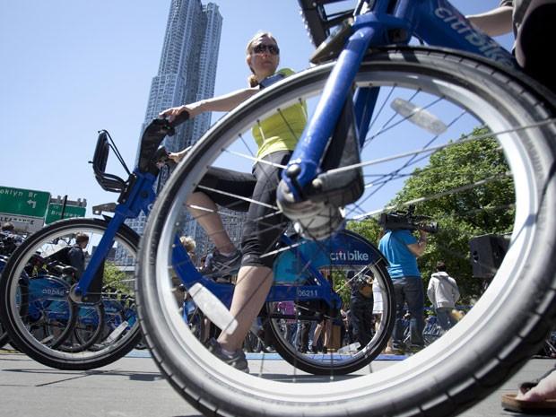 Moradores de Nova York testam novas bicicletas para aluguel em Nova York (Foto: Carlo Allegri/Reuters)