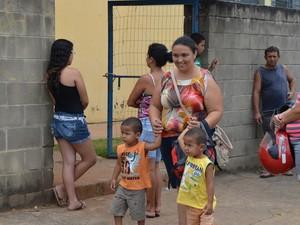 Daiane Crisitna Palma sai do trabalho para buscar os filhos na escola em Piracicaba (Foto: Fernanda Zanetti/G1)