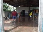 Moradores de bairro em Macapá limpam prédio público abandonado