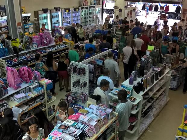 Movimento de compra de material escolar na Casa Cruz (Foto: Lilian Quaino/G1)
