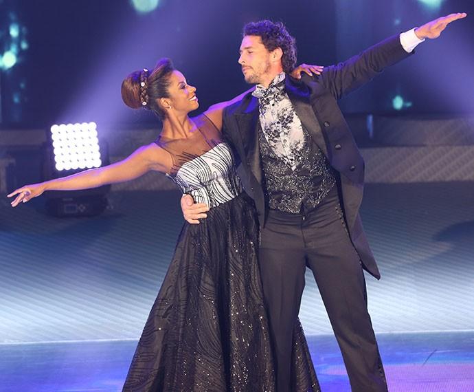 Flávio Canto mostra elegância em sua apresentação (Foto: Carol Caminha / Gshow)