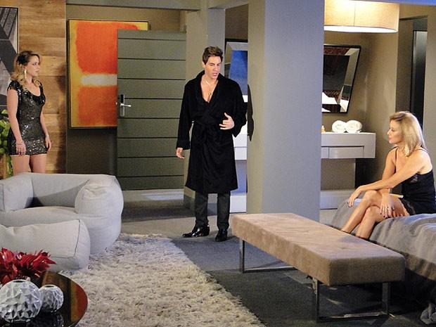 Rosário flagra Scarlet no maior amasso com Inácio, que ela pensa ser Fabian (Foto: Cheias de Charme / TV Globo)
