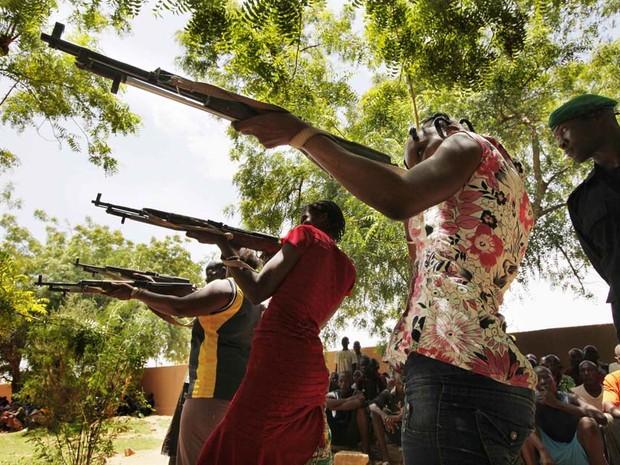Mulheres membros de uma milícia de autodefesa no Mali treinam tiro nesta sexta (20). (Foto: Emmanuel Braun/Reuters)