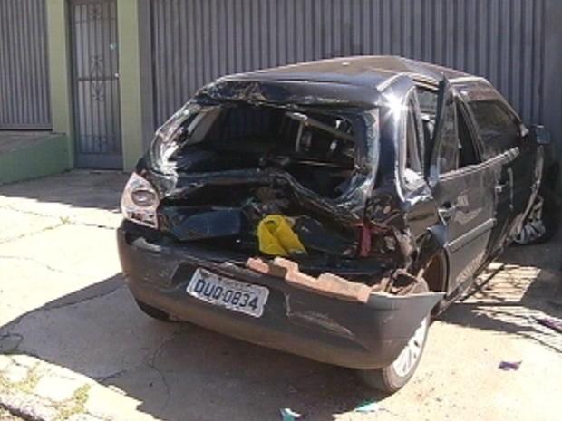Outro veículo também ficou destruído (Foto: Reprodução TV TEM)
