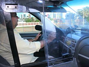 Táxi com cabine blindada (Foto: Tiago Melo/G1 AM)