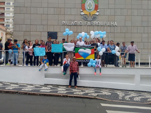 MAnifestantes reunidos em frente a Assembleia Legislativa do RS (Foto: Marco Garcia/Arquivo Pessoal)