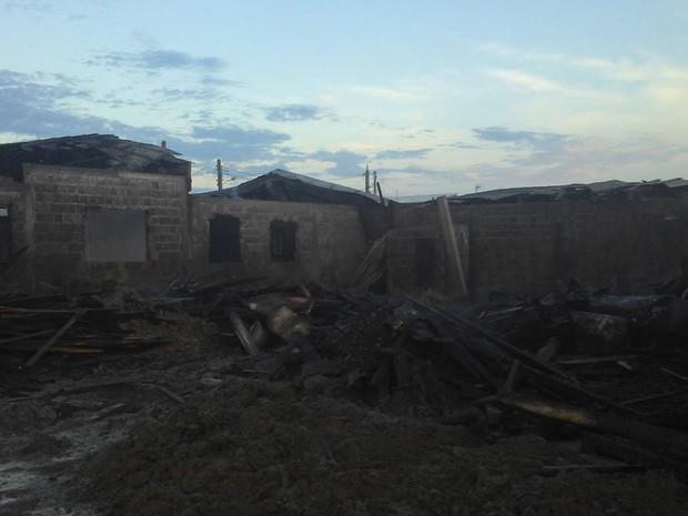 Restaram apenas escombros do galpão de madeira e das laterais das residências (Foto: Corpo de Bombeiros/Divulgação)