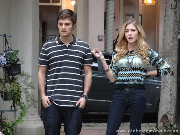 Sofia e Martin ficam de cara ao ver Ben e Anita. Tem algúem sobrando aí? (Foto: Malhação/TV Globo)