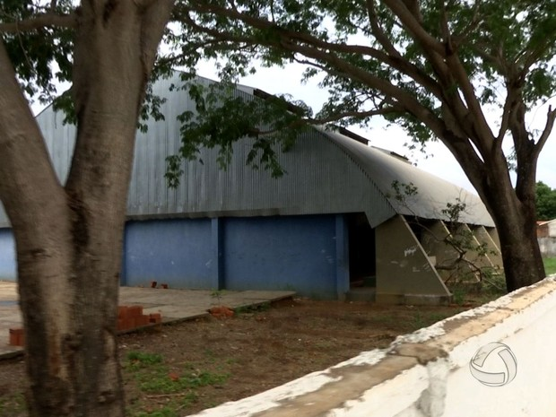 Parte de muro caiu e não é possível controlar acesso à escola ou à rua  (Foto: Reprodução/ TVCA)