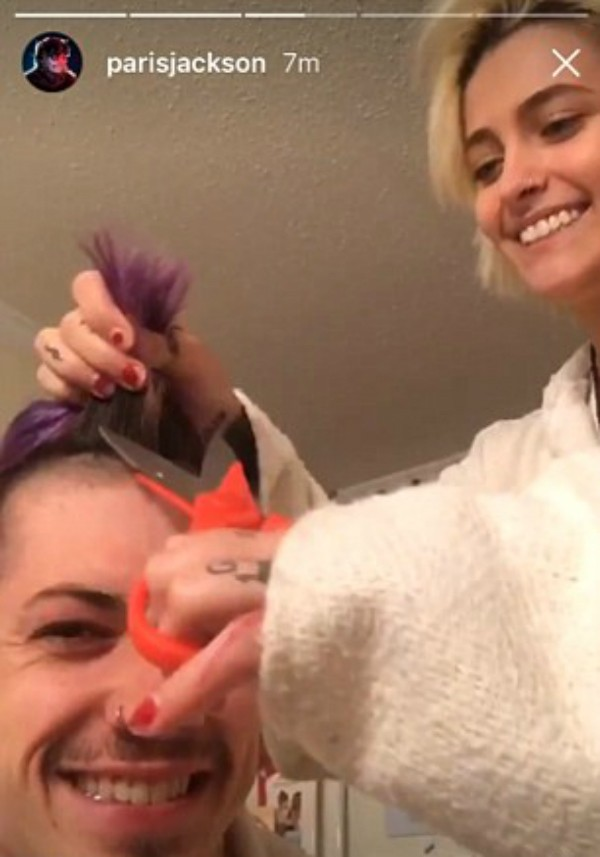 Paris Jackson cortando o cabelo do namorado (Foto: Snapchat)