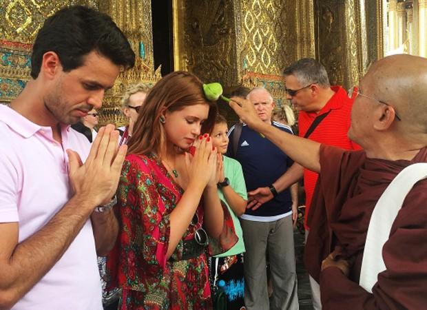 Marina Ruy Barbos ae Xandinho Negrão recebem bênção (Foto: Reprodução/Instagram)