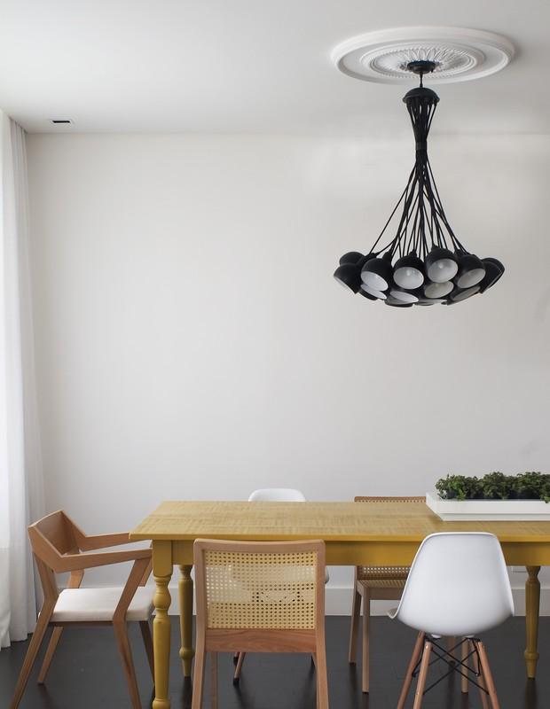 A sala de jantar recebeu mesa de MDF Microtextura Giallo, da Florense, com cadeiras de madeira e lona e madeira e palha. Todas da Marche Art de Vie (Foto: Celia Weiss/Divulgação)