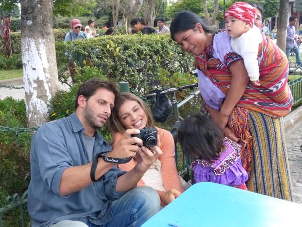 Henri Castelli e Grazi Massafera conferem a foto que tiraram com mão guatemalteca e seu filho (Foto: Flor do Caribe/ TV Globo)
