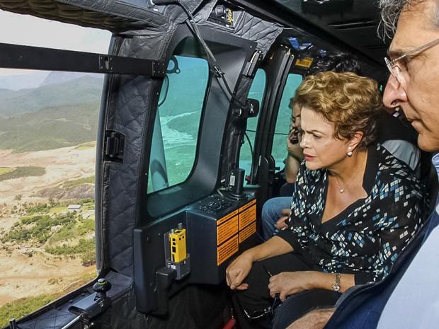 Presidente Dilma Rousseff sobrevoa Mariana ao lado do governador Fernando Pimentel (Foto: Roberto Stuckert Filho/Presidência da República)