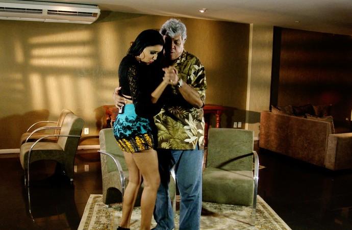 Sidney Magal mostra gingado e dança com Niara Meireles (Foto: Se Liga VM)