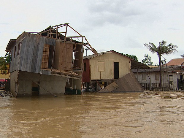 Com casas inundadas, população tenta encontrar novas moradias (Foto: Reprodção/TV Amazonas)