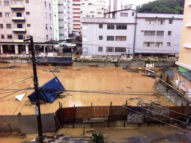 Região do Orquidário, em Santos, amanheceu alagada (Foto: Renan Fiuza / G1)