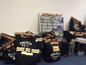 Policiais apreenderam vários malotes com documentos sobre as ações da milícia. (Foto: Alba Valéria Mendonça/ G1)