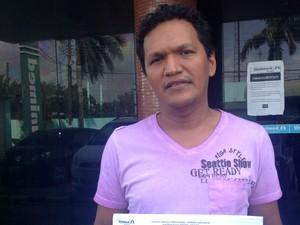 Josué Pereira de Lima fala que não conseguiu atendimento para a esposa no hospital (Foto: Jéssica Alves/G1)