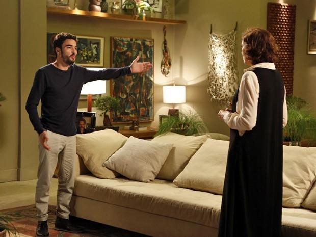 José Pedro não entende o pedido da mãe (Foto: Artur Meninea/TV Globo)