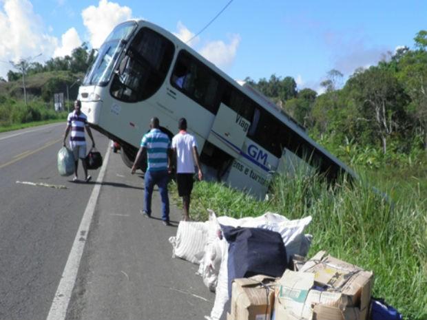 Ônibus cai em ribanceira na BR-101, próximo a cidade de Itabuna (Foto: Humberto Hugo de Almeida/ Site: Aurelino Leal Alerta.)