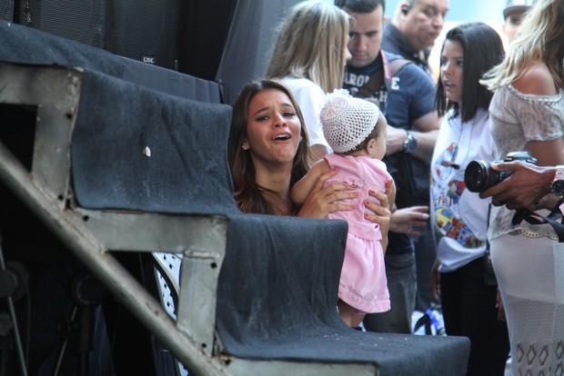 Bruna Marquezine brincando com bebê no evento da Fundação Xuxa Meneghel (Foto: Anderson Borde  / Agnews)