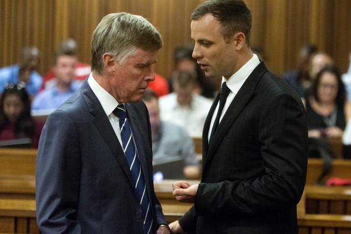 Pistorius conversa com seu advogado no tribunal (Foto: AFP)