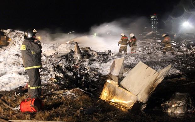 Foto mostra funcionários trabalhando no resgate dos corpos em local de acidente de avião, na Rússia.   (Foto: AFP Photo/Russian Emergencies Ministry)