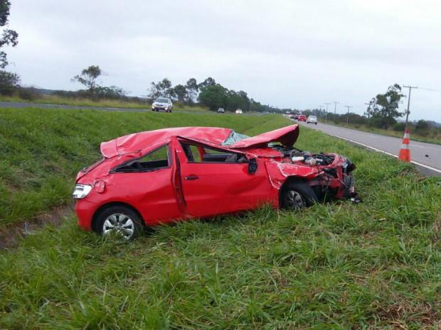 Carro foi parar no canteiro central da BR-101 (Foto: PRF/Divulgação)