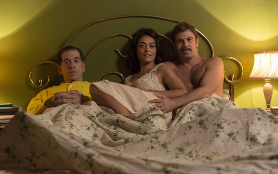 Juliana Paes posa entre Leandro Hassum, que interpreta Teodoro, e Marcelo Faria, que vive Vadinho, na nova versão de Dona Flor e seus dois maridos (Foto:  Pepe Schetrino)