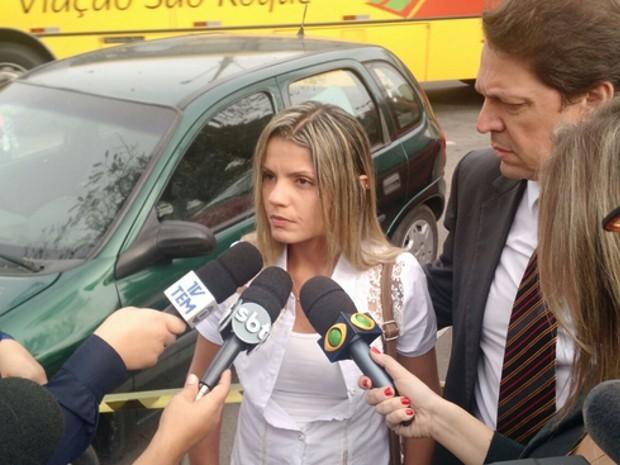 Fernanda chegou ao Fórum em São Roque e deu declaração à imprensa (Foto: (Foto: Emilio Botta/G1))