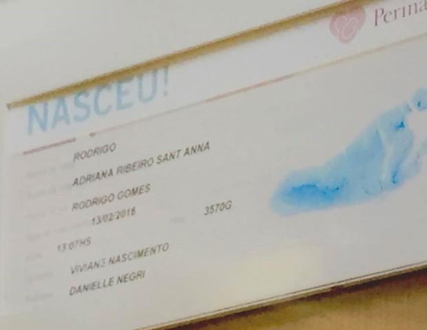 Cartão de Nascimento com dados do filho de Adriana e Rodrigão (Foto: EGO)
