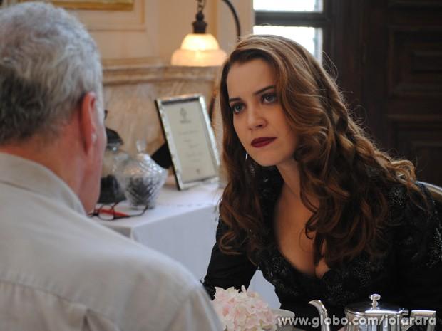 Sílvia vai atrás de Salvador e revela que é filha de Heitor Zampari (Foto: Joia Rara/TV Globo)