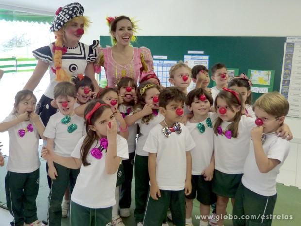 Angélica e Leona fazem foto com a criançada  (Foto: Estrelas/TV Globo)