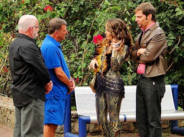Na cara dura, Chayene pede papel para Jorge Fernando e Sílvio de Abreu (Foto: Cheias de Charme / TV Globo)