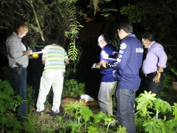 Vítima ainda tentou escapar e entrou no quintal de uma residência (Foto: Ellyo Teixeira/G1)