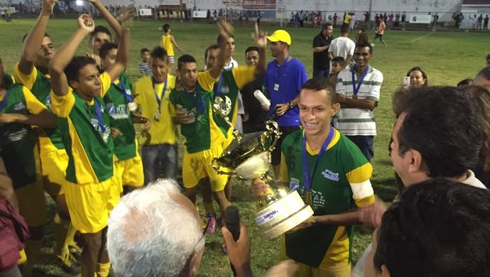 Santos Reis ergue taça de campeão da Copa Nossa Cidade Sub-15, em Natal (Foto: Alan Oliveira/10 Sports)
