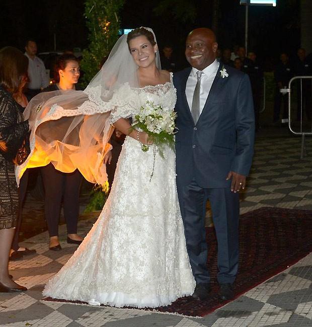 A atriz ao lado do sogro, que entrou com ela na igreja (Foto: AgNews)
