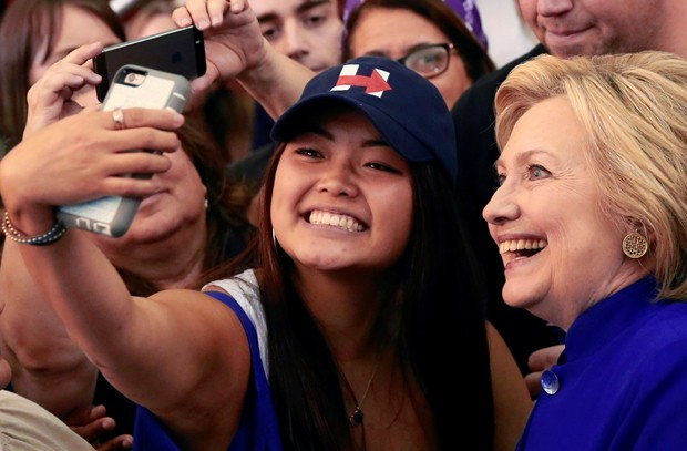 Pré-candidata democrata à presidência americana Hillary Clinton posa para selfie com apoiadora, na quarta-feira (1º), na em Newark, na Nova Jérsei (Foto: Adrees Latif/Reuters)