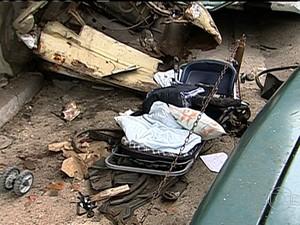 Carro de bebê encontrado nos escombros do posto (Foto: Reprodução / TV Globo)