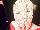 Miley Cyrus posa com máscara à la Lady Gaga
