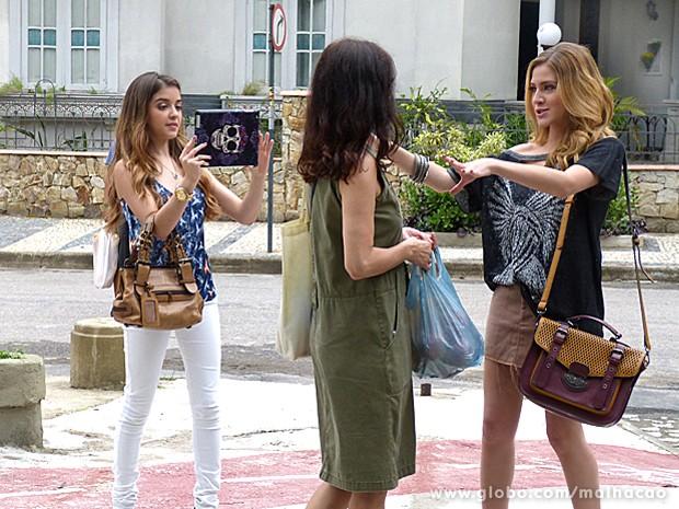 Sofia e Flaviana abordam mulher na rua para participar de projeto fashion (Foto: Malhação / TV Globo)