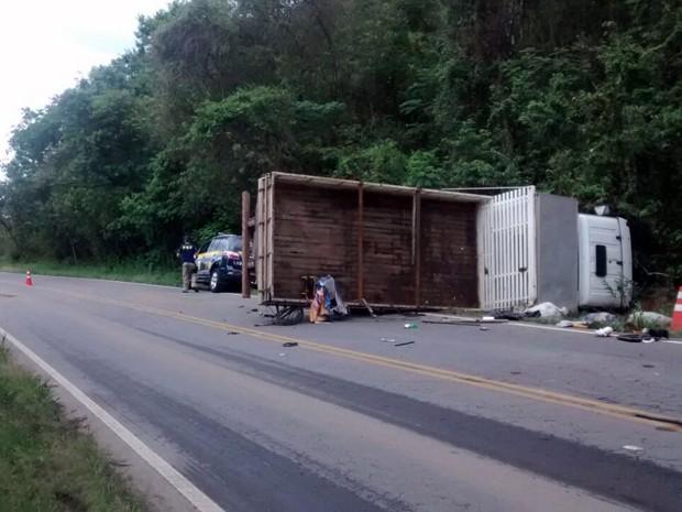 Parte da pista ficou interditada na BR-267 depois que carreta tombou com caixas d'água e materiais para construção (Foto: Polícia Rodoviária Federal)